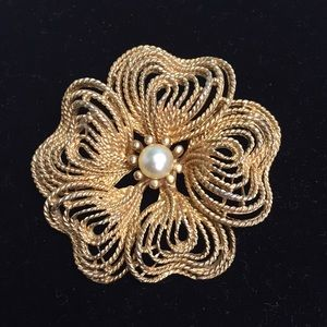 🌸VINTAGE PEARL CENTER GOLD TONE FLOWER BROOCH 🌸